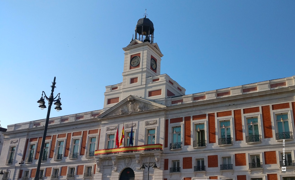 Puerta Del Sol Una Plaza Tradicional De Madrid Life